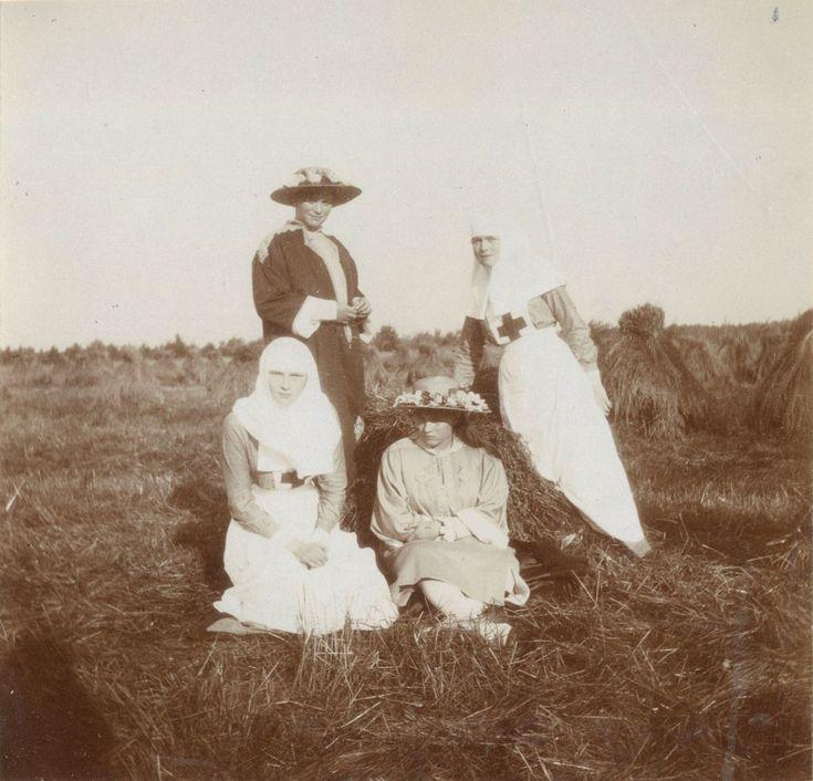 Grand Duchesses Tatiana Nikolaevna, Anastasia Nikolaevna, Marie Nikolaevna e Olga Nikolaevna, em Tsarskoye Selo, em 1915.  Olga Nikolaevna e Tatiana Nikolaevna usam uniforme de enfermeiras da Red Cross.