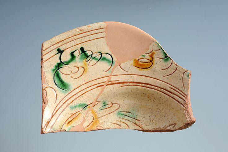 Piatto in ceramica graffita a ramina e ferraccia (XVII-XVIII secolo). Palazzo Mazzetti, Asti