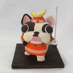 可愛らしい武者姿のフレブルパイド オレンジ色の鎧で決めポーズ  サイズは高さ130x75mm  短い足としっぽで踏ん張り立ちしています  犬猫のやきものを専門で作っている工房しろさんで買えます  工房しろ http://ift.tt/2ifeahu