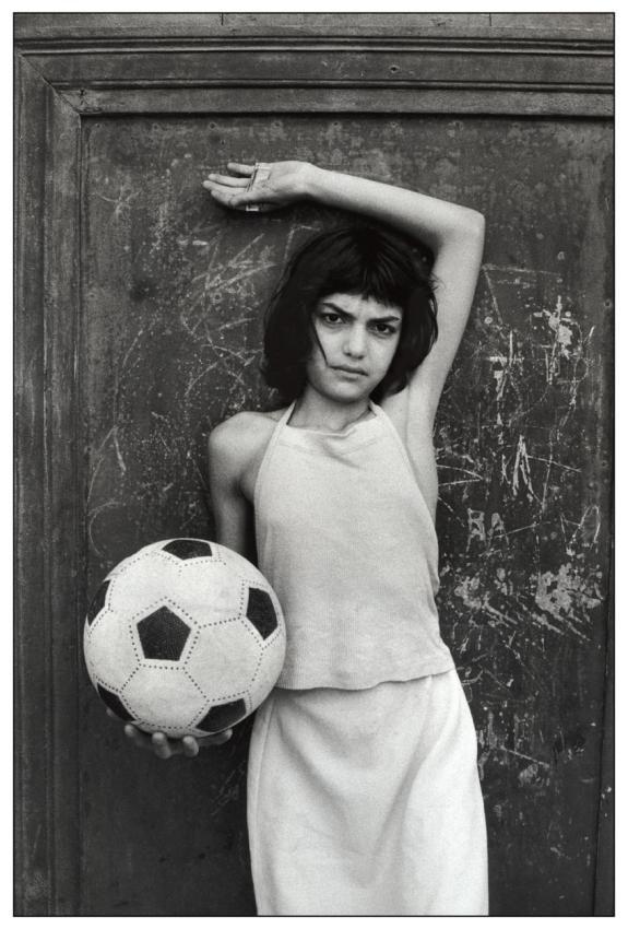 letizia battaglia - palermo, quartiere la cala. bambina con il pallone, 1981.