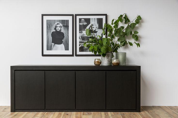 Combineer zwarte stukken met groene accenten voor een levendig en trendy interieur. Ben jij al mee met deze trend?