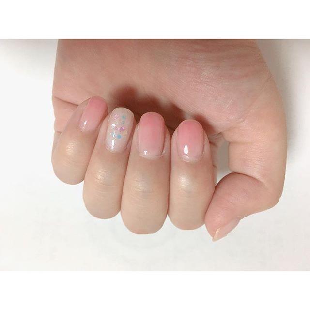 * 後輩に見て見てー!( ´ ▽ ` )ノって言って、爪を見せて褒めてもらうっていうウザい先輩(わたし)。 週末まできれいのまま持ちますように。。。別に手を見られる機会はないけど。。。 . ▽使用ポリ ◎薬指、親指 #キャンドゥ ACクイックドライ ベース&ハードナー2度塗り LJジェルネイル トップコートオーロラ キャンドゥのシェル ◎人差し指、中指、小指 #addiction 055でシロップ #ACネイル D76 #OPI passion . . #ネイル #セルフネイル #セルフネイル部 #ポリッシュ #ポリッシュ派 #マニキュア #ほぼ100均ネイル#パステルネイル #フレンチネイル #シェルネイル #シンプルネイル #時短ネイル #春ネイル #ピンクネイル #シロップネイル #ショートネイル #グラデーションネイル