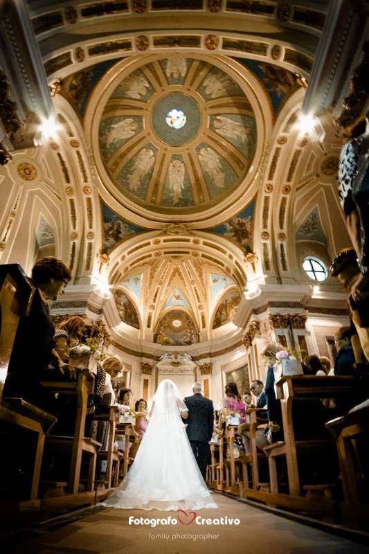 L'interno di una chiesa, il padre che accompagna la figlia all'altare, la poesia, l'emozione nel racconto fotografico del reportage matrimoniale Fotografo Bari | Matrimonio