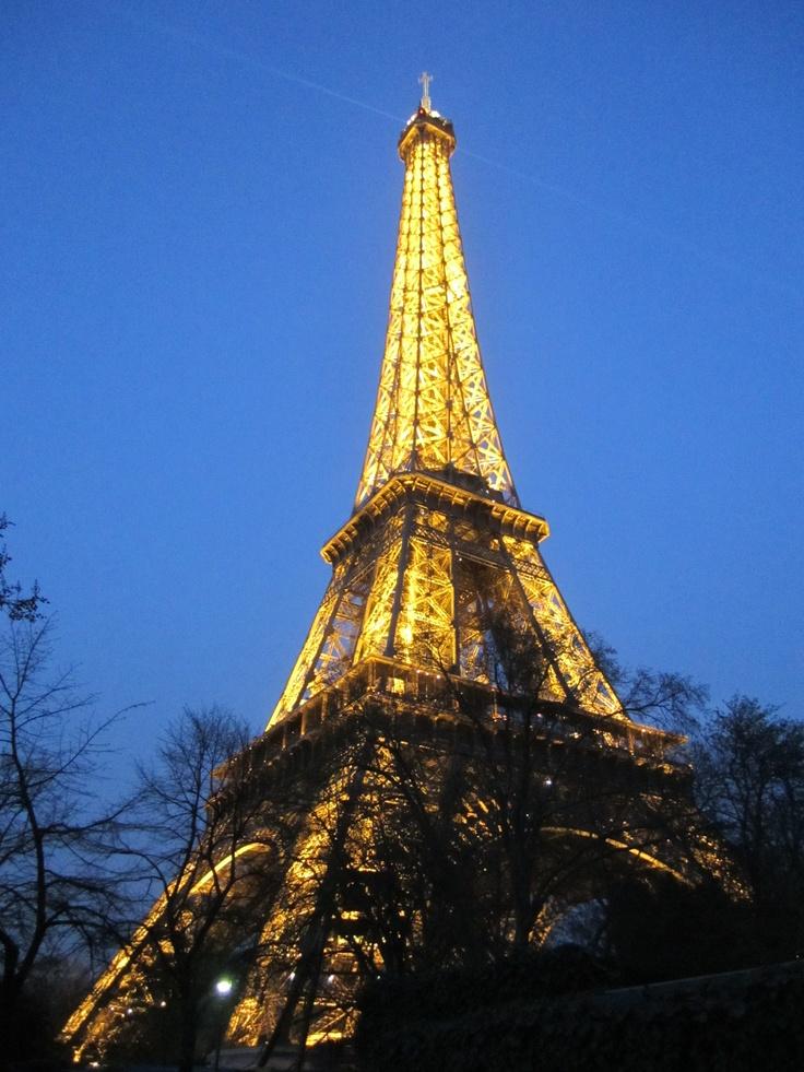 La tour a la nuit