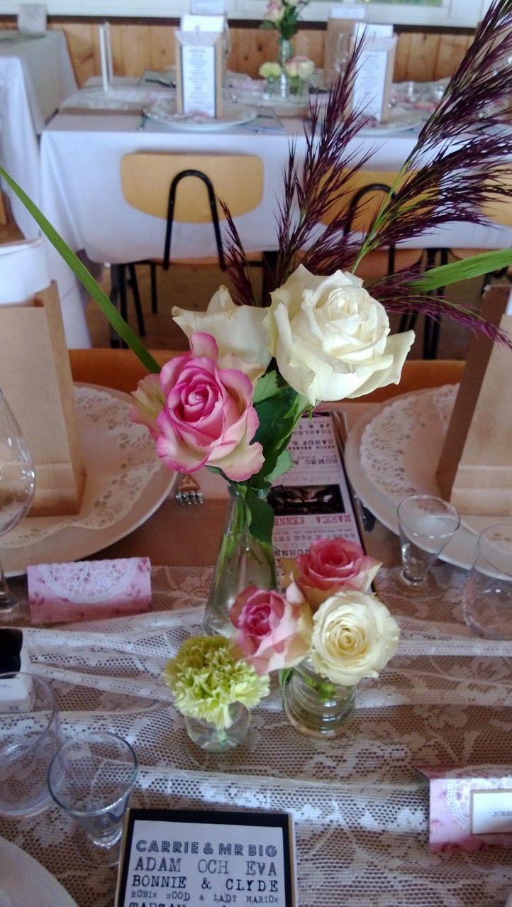 Fina blomsterarrangemang som brudens syster fixat så fint. Jag hade köpt en massa olika sorters små glas på loppisar så att det skulle bli lite olika höjder på det och kunna matchas bra ihop. Så länge man håller sig till ett material kan man mixa olika former av glas.
