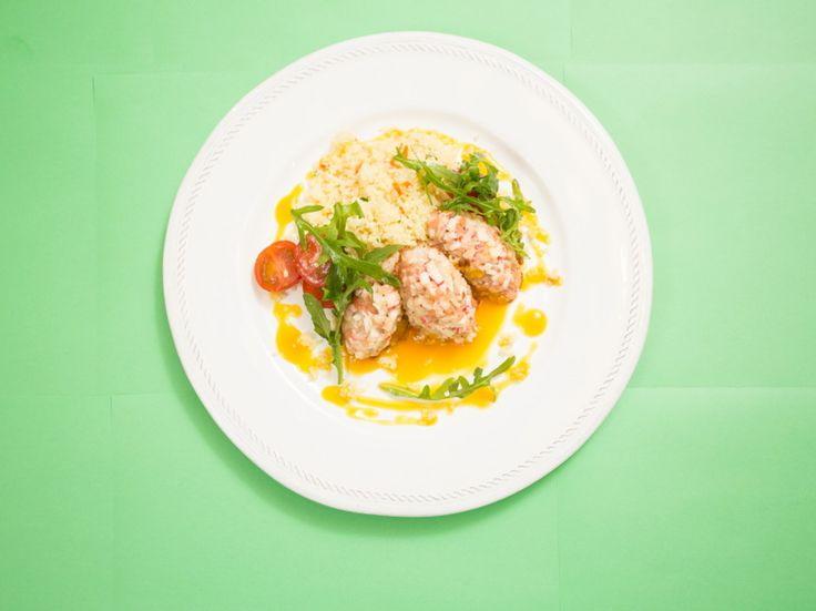 Краб-кейки с соусом из манго - пошаговый рецепт с фото: Краб-кейки это нежные котлетки из рыбы, креветок и крабового мяса. - Леди Mail.Ruпалтус  140 г креветки  130 г крабовое мясо  120 г кускус  80 морковь  40 руккола  10 черри  60 г манго  35 г сахар