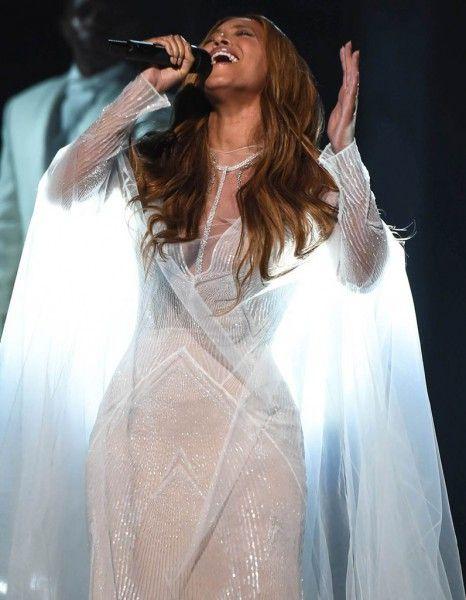 Lors de son passage sur scène aux Grammy Awards pour interpréter « Take my Hand Precious Lord », Beyoncé est apparue resplendissante dans une céleste robe blanche. Le plus de sa tenue ? Un superbe collier cravate Messika.  http://www.elle.fr/Mode/Joaillerie-Horlogerie/Beyonce-etincelante-en-parure-Messika-2886808