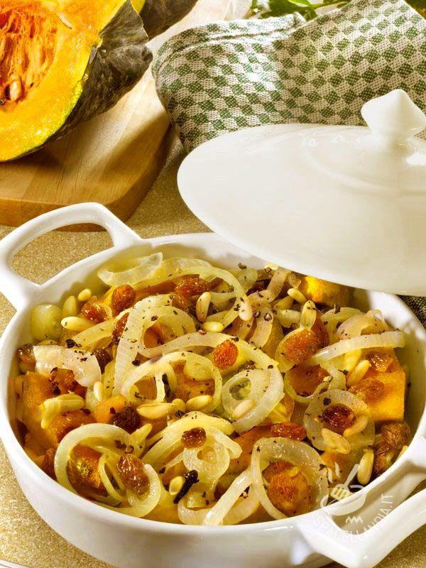 Tipico piatto veneto, la Zucca in saor alla veneziana, con uvetta, cipolle e pinoli, si può servire come ottimo antipasto di verdure o come stuzzichino.