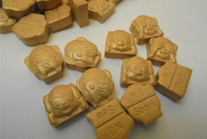 Ecstasy (MDMA). Таблетки экстази в виде трех обезьян