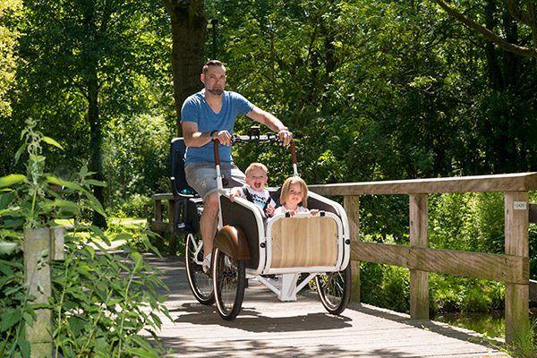 """""""Ik vind de soci.bike er mooi uitzien. De soci.bike rijdt licht in vergelijking met andere fietsen. """"  Laszlo Tabajdi soci.bike elektrische bakfiets"""