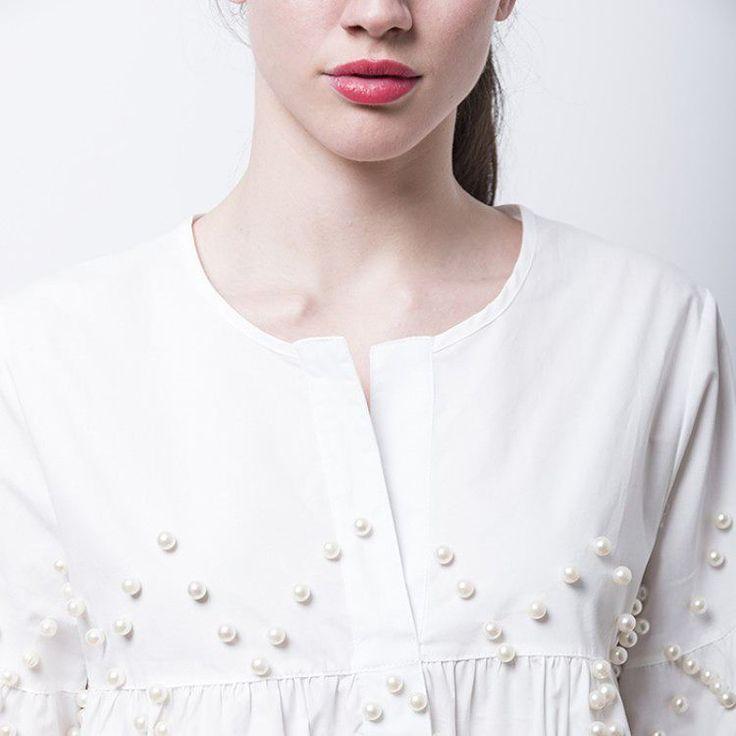 ¡La revolución de las perlas! Hoy nos vestimos con el detalle chic de la temporada, ¿y tú? #algobonito #algobonitoonline #nuevacoleccion #moda #fashion #trend #perlas #pearl