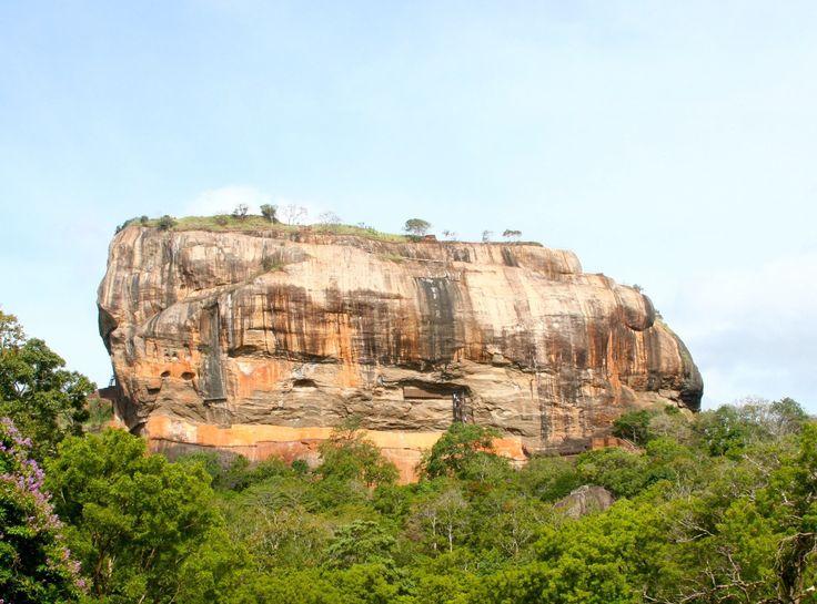 Sri lanka - SIGIRIYA - Se siete in Sri Lanka non potrete non passare a riempirvi gli occhi a Sigiriya, scalando la Lion Rock, un sito del patrimonio UNESCO, considerato l'ottava meraviglia del mondo. Già la strada …