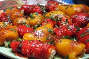 Gli involtini di peperoni e tonno sono freschi e deliziosi, potete prepararli in anticipo, ma serviteli sempre a temperatura ambiente.