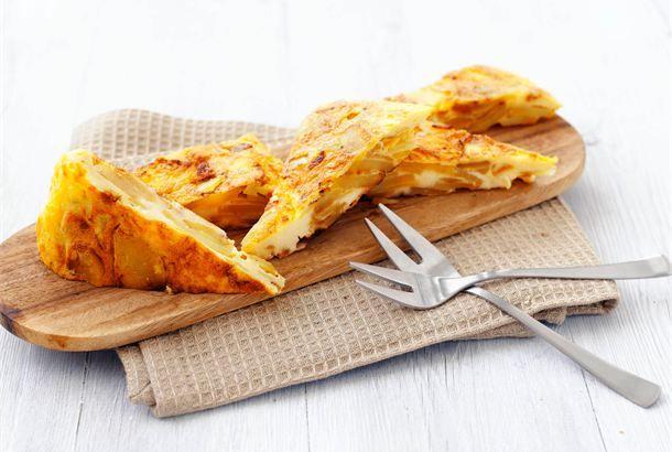 Tapas tortilla espagnola eli juusto-perunamunakas ✦ Tapakset ovat alunperin Espanjasta kotoisin olevia pieniä, maukkaita suupaloja. Tapas-kulttuuri on sittemmin levinnyt ympäri maailmaa. Perunamunakas on perinteinen tapaksena käytetty ruoka. http://www.valio.fi/reseptit/tapas-tortilla-espagnola-eli-juusto-perunamunakas/