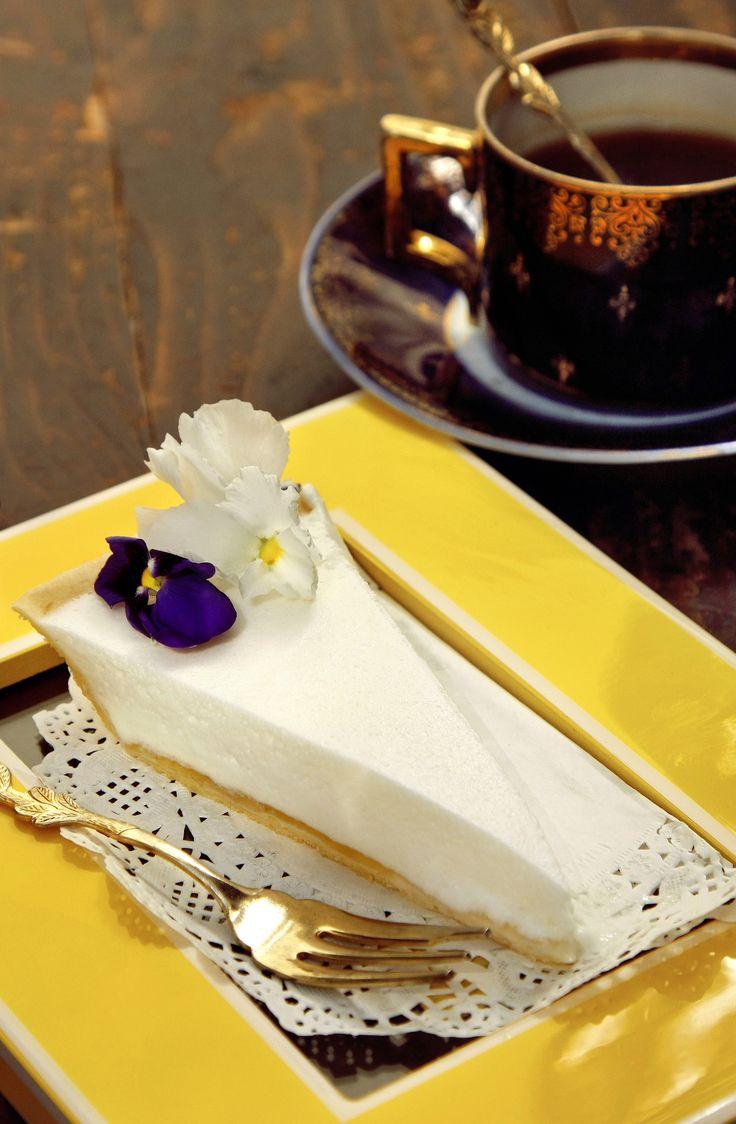 Bodzás tarte  Mandulás omlóstésztában könnyed, édesen fanyarkás bodzahab.  Letisztult megjelenés, egészen egyedi ízvilág – desszert és frissítő egyben.  Tökéletes választás egy nehéz ünnepi vacsora után!  Neked Cake Budapest