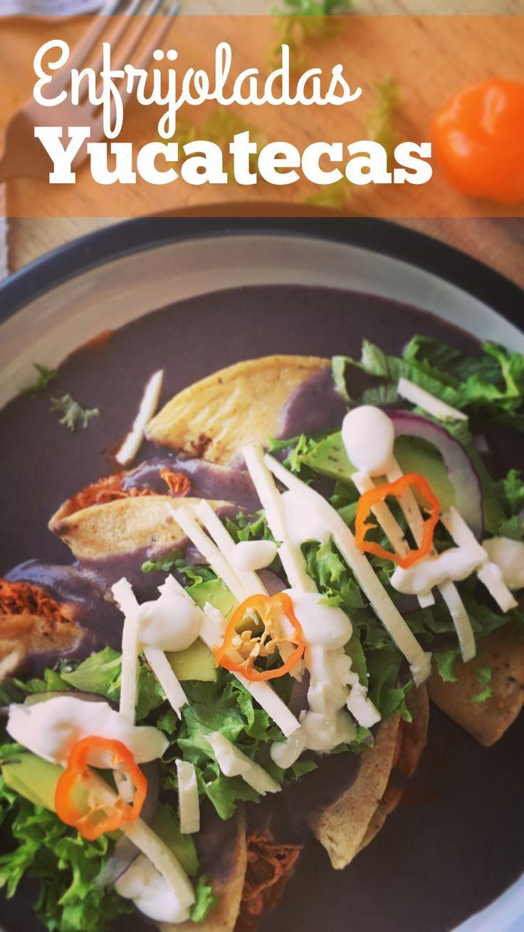 Exquisitas enfrijoladas rellenas de pollo pibil, bañadas en salsa de frijol negro con un toque de habanero; servidas con lechuga picada, aguacate en rebanadas, cebolla morada, crema, queso fresco y una rodaja de chile habanero.