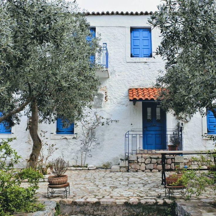 colors of Greece 💙 #colorsofgreece #doorsoftheworld #white #blue #urban_greece #kyparissi #beautifuldestinations #greece #peloponnese