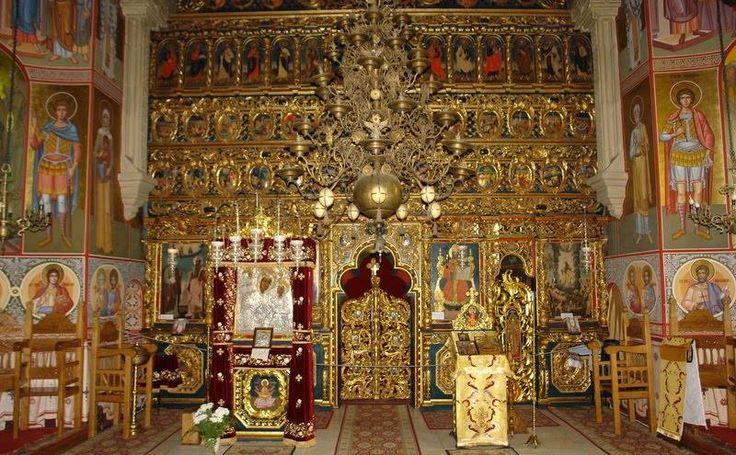 Mănăstirea Putna.  Iconostasul ce impodobeste biserica a fost realizat in anul 1773 din lemn de tei si tisa. Executat de mesteri locali din porunca si cu osteneala mitropolitului Iacob Putneanul, iconostasul este sculptat in stil baroc tarziu.