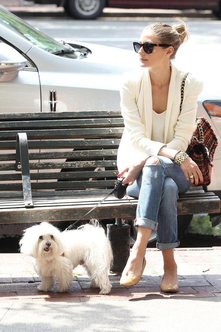 Olivia Palermo - La de la imagen es una de sus camisetas frecuentes, es de algodón y tiene un ligero tono marfil. Ella suele combinarla con blazer, gafas de sol y sus pantalones vaqueros