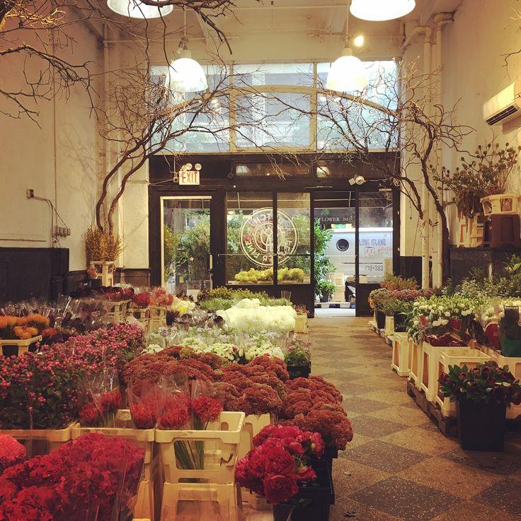 Photo shoot weekend preparations and progress 😎 #flowers #flowermarket #nycflowermarket #flowerdistrict #house #home #interiordesign #interiordesigner #dumaisid #dumaisinc #dumaisinthecountry #dumaismade #photoshoot #photoshoottime #photoshooting #ericpiasecki #ericpiaseckiphotography #ericpiaseckiphoto #dutchflowerline #litchfield #litchfieldct #litchfieldhills #weekenders #countryhouse #weekendhouse