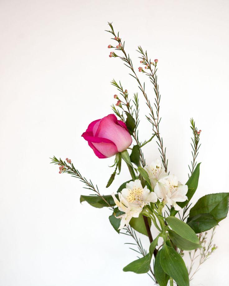 Bukett av rosor och alströmeria