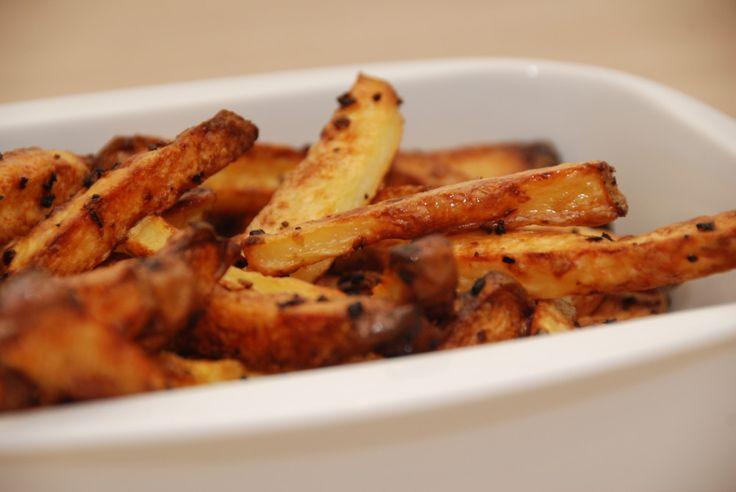 Pommes frites i ovn er et sundere alternativ end de friturestegte pommes frites. Disse fritter med groft salt bliver både…