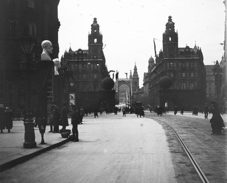 Ferenciek tere (Kígyó tér) a Kossuth Lajos utca felől nézve.