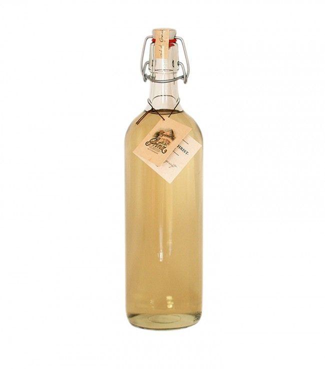 """Der """"Willi"""" ist ein echter Klassiker - dieser ist ein besonderer Genuss, weil er bei Prinz doppelt destilliert und danach mehrere Monate im Holzfass gelagert wird. Dadurch bekommt er nicht nur Farbe, sondern wird auch milder und aromatischer."""