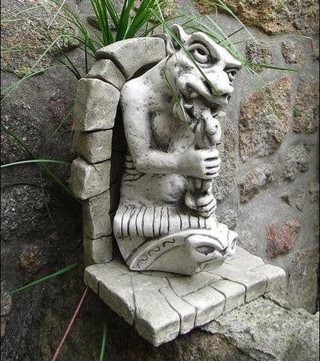 Les Gargouilles de Notre-Dame de Paris sont construits dans les extrémités des gouttières pour drainer l'eau de pluie du toit .Les gargouilles étendent loin du côté du toit, de laisser l'eau de pluie tombent loin des murs pour arrêter les dommages. Le sculpteur utiliser leur imagination sur ces statues. Ils sont des figures animales et humaines, certains d'entre eux peut être effrayant, ils nous rappellent que toutes les créatures sont l'œuvre de Dieu, alors ils méritent Son amour et de…