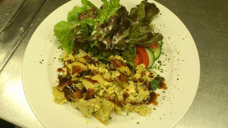 Geschmelzte Maultaschen mit Salat