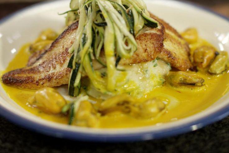 De pladijs is momenteel de 'vis van de maand'. Voor wie graag kookt op het ritme van de seizoenen, is dit het moment om deze heerlijke platvis op het menu te zetten. En omdat er ook nog volop verse mosselen zijn, combineert Jeroen de twee in een gerecht voor de echte visliefhebber. Doe er nog een schep eerlijke aardappelpuree met verse kruiden bij om het feest compleet te maken.