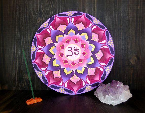Chakra Sahasrara dipinto nel mandala per ottenere l'Illuminazione. Fiore di loto dai mille petali. Energia Kundalini. Rosa, oro, viola.