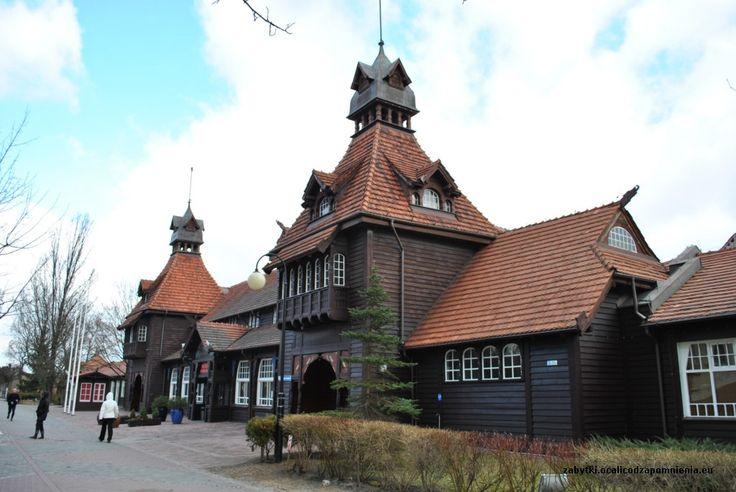 """Łazienki Południowe w Sopocie wybudowane w 1907 roku według projektu Paula Puchmullera. Podzielone były na trzy segmenty: dla pań, dla panów i familijny. Obecnie mieści się w nich hotel """"Zhong Hua"""""""