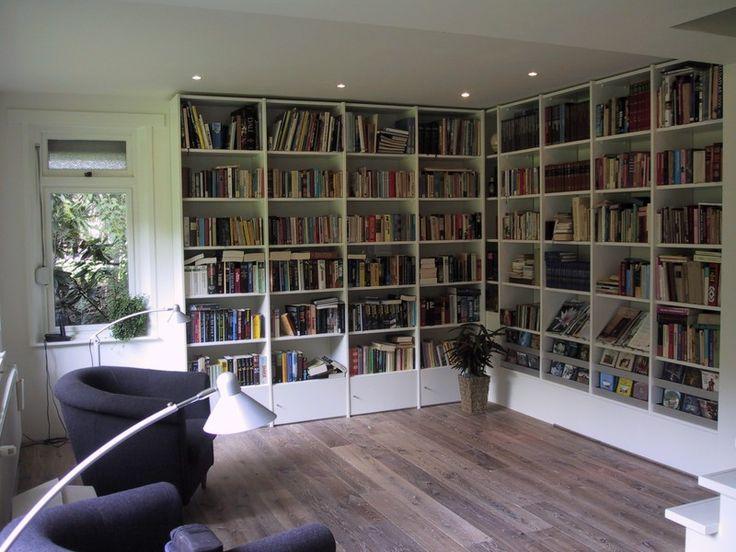 Optimale benutting doordat deze boekenkast in de hoek doorloopt. Meerdere laden voor CD's en DVD's.
