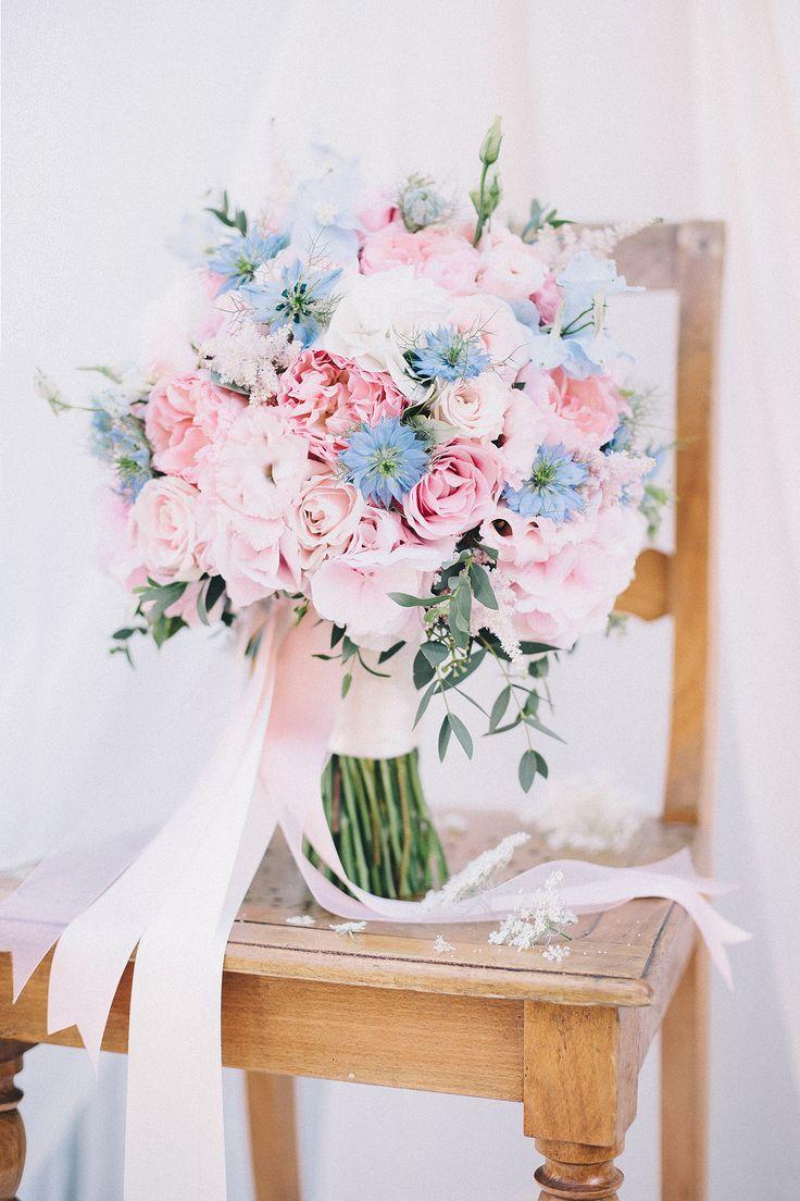 ramo de novia en tonos de cuarzo rosa y azul serenidad (colores de tendencia pantone …