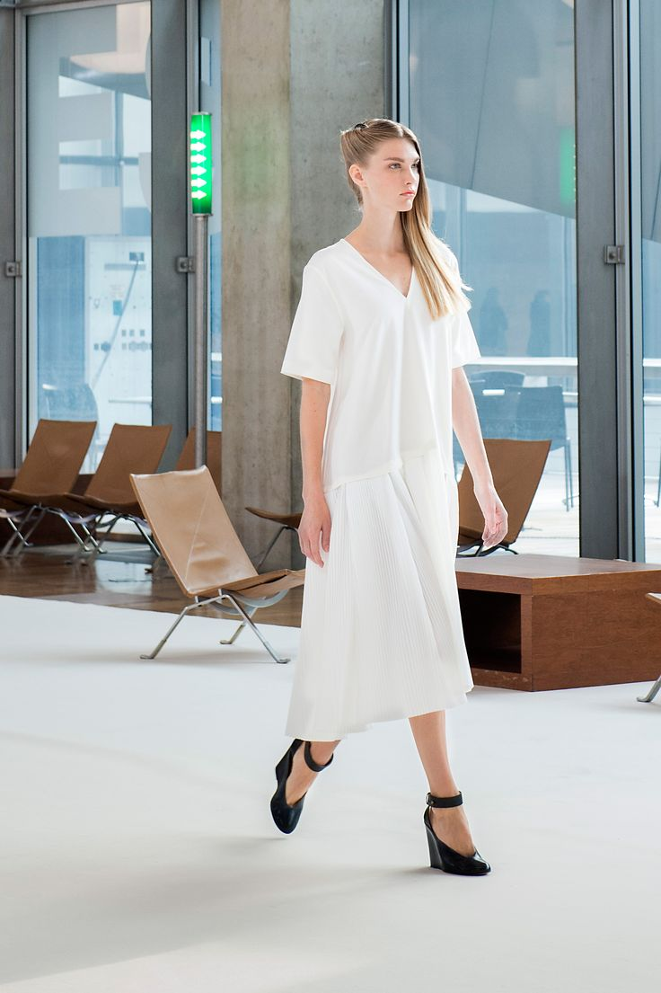 9. Pleated dress in cotton poplin and cotton-linen, wedge sandals in leather