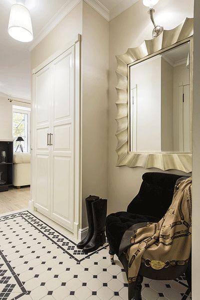Большое зеркало в рамке в прихожей. Дизайн маленького коридора 4-6 кв. м. - Фото Большое зеркало в рамке в прихожей и шкаф для верхней одежды. Дизайн маленького коридора 4-6 кв. м. - Фото