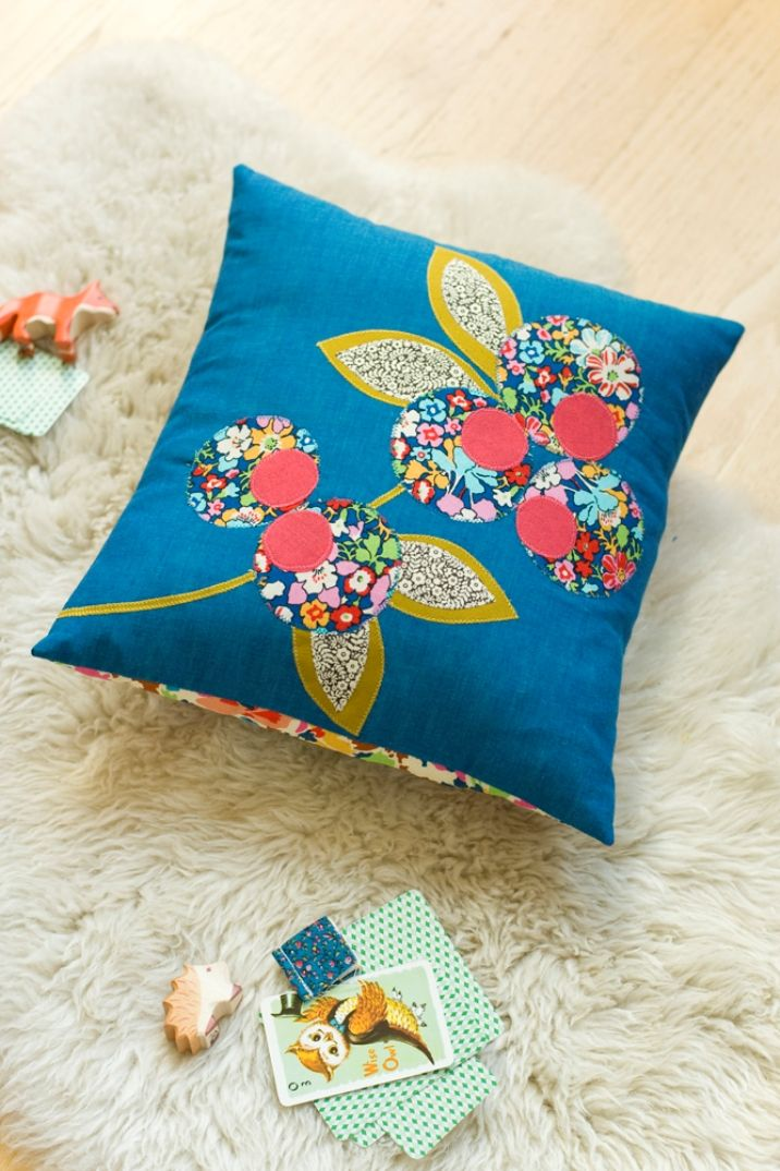 anna joyce applique pillow tutorial and free template (via creature comforts)