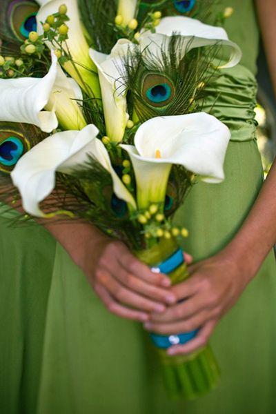 Bouquet de mariee avec callas blancs, arums blancs et plumes de paon bleues, vertes