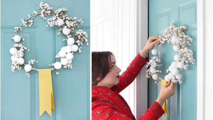 Couronne de Noël blanche balles de ping pong et fleurs