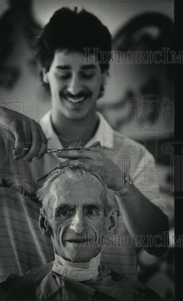 1984 Press Photo Barber Don Roth gave Leo Lewek, 74, a haircut  - mja12757