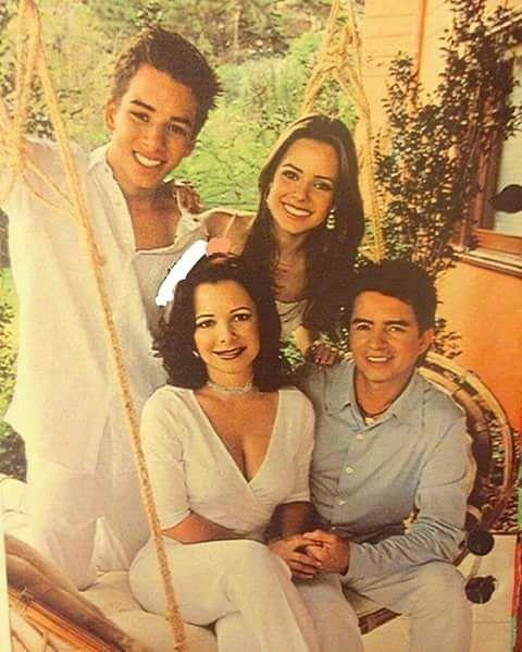 Sandy com o irmão Junior, a mãe Noely e o pai Durval (Xororó). #sandyleah
