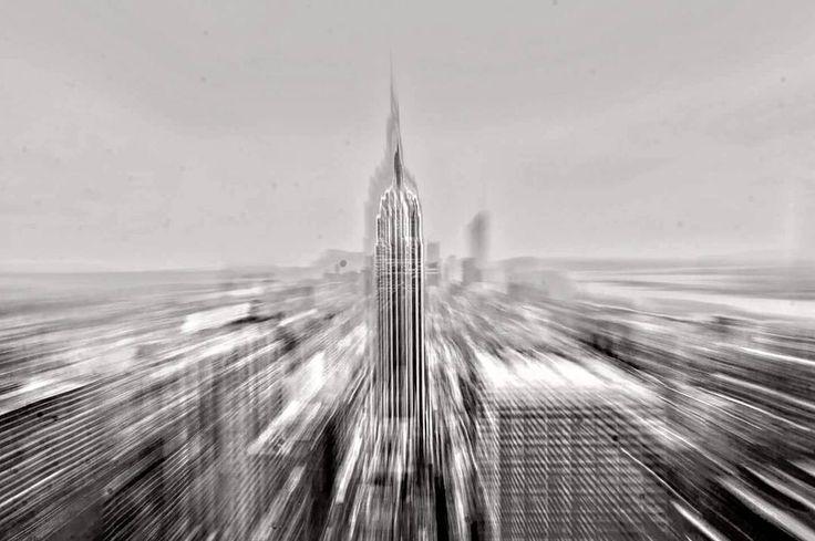 """Cara New York Un anno fa ero da te. Se solo sapessi quanto mi manchi.  Ti ho vissuta per soli 3 giorni. 72 ore che ho sognato per anni e che mi hanno reso un po' più forte di quello che ero prima di mettere piede sull'aereo.  Non c'è ostacolo che da quel giorno non affronti senza pensare prima """"Che vuoi che sia? Sono stato a New York."""" Camminare per le tue strade mi ha fatto sentire piccolo in quella sfilata di grattacieli ma al contempo imponente quanto loro perché grazie al tuo richiamo mi…"""