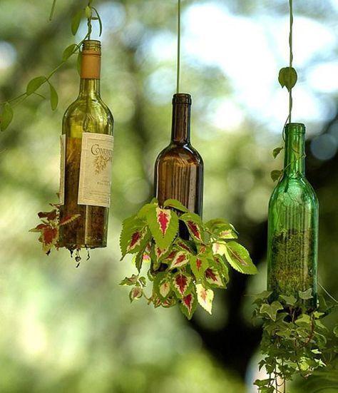 На днях я задумалась, как же можно применить в декоре дома или дачи самые обычные стеклянные бутылки, а теперь решила поделиться с вами найденными идеями. Один из простых вариантов — использовать их в качестве ярких акцентов интерьера, предварительно покрасив или расписав:…