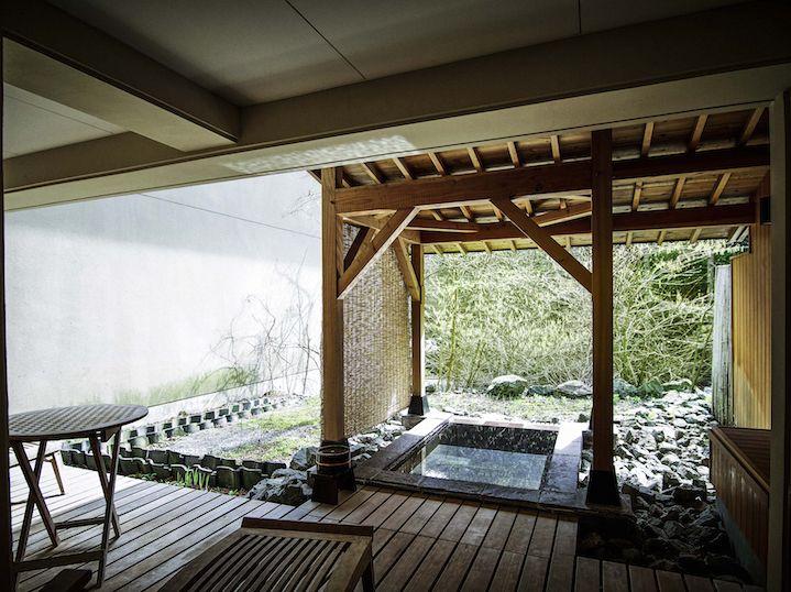 ルレ・エ・シャトーに加盟し、大自然と歴史に包まれた信州きっての温泉旅館「扉温泉 明神館」が、和とフレンチふたつのダイニングとサロンをバージョンアップした。あまり人に教えたくありませんが、ここ、本当に癒されます。