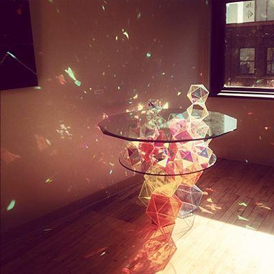 プリズムテーブル。光を当たると、虹のきらめきをする