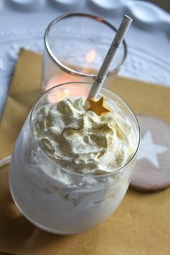Zelfs mijn favoriete Starbucks drankje – karamel frappucino – kan niet tegen deze heerlijke ijskoffie met karamel op. En nog een plus:  met behulp van een blender of staafmixer draai je hem binnen no-time in elkaar. Je hebt slechts wat slagroomijs, karamel siroop, afgekoelde koffie en wat slagroom nodig om deze karamel droom van ijs op tafel te toveren.