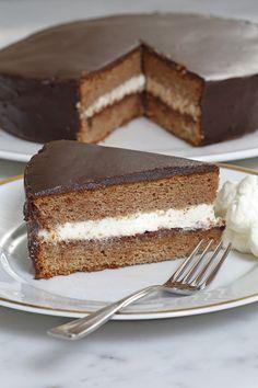 Allemaal prachtig, die fancy kookboeken, maar soms verlangen we gewoon terug naar de zelfgemaakte gerechten van onze moeder. Het boek Huisgemaakt van Angela Prins is daar perfect voor: vol eenvoudige en lekkere recepten voor liefhebbers van lekker eten. Wij mogen een van de recepten met jullie delen: kastanjetaart met chocolade. Verwarm de oven voor op 160 graden. Vet een bakvorm in met boter …