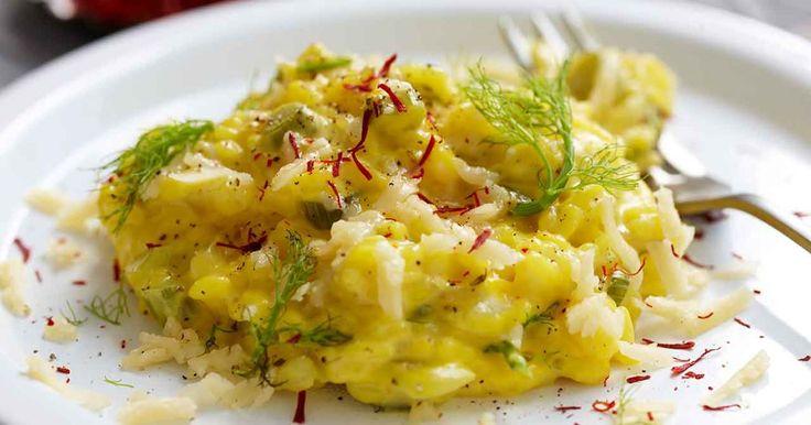 En krämig, vegetarisk saffransrisotto med fänkål och gul lök. Saffran trivs bra ihop med fänkål och ger dessutom vaker färg till rätten.