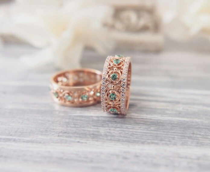 Wedding rings with emerald. Ажурные колечки из золота с изумрудами.